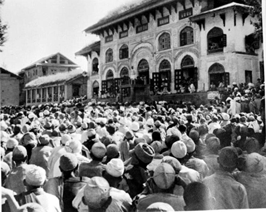 Cuma günü Hazratbal camisinin bahçesini dolduran Müslümanlar. Kasım 1949.