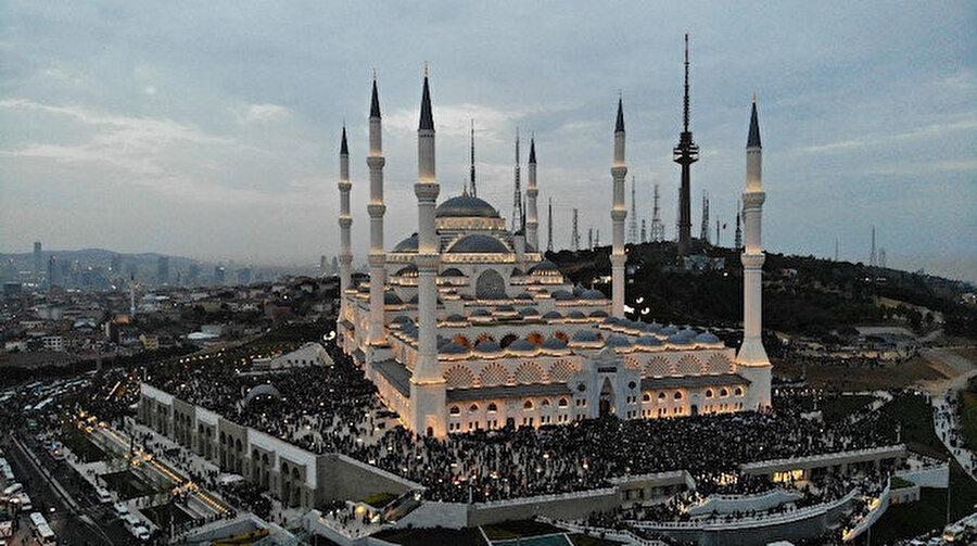 Cami, 63 bin kişinin aynı anda ibadet edebileceği bir kompleks olarak tasarlandı.