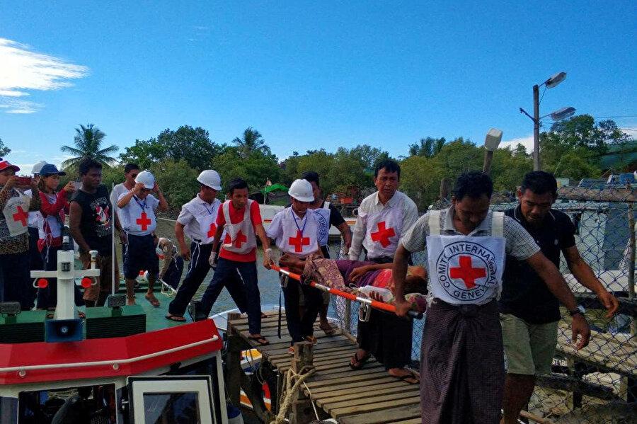 Sağlık görevlileri yaralananları Zay Di Pyin istasyon hastanesinden Myanmar, Sittwe'deki merkez hastaneye nakletti.