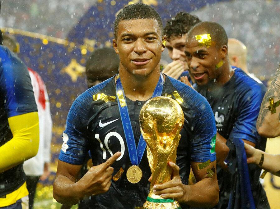Mbappe, Dünya Kupası ile böyle poz verdi.