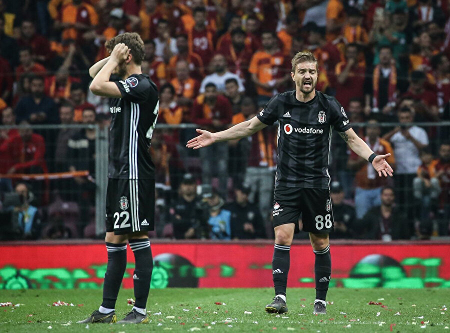 Caner Erkin ve Adem Ljajic'in yedikleri golün üzüntüsünü yaşıyor.