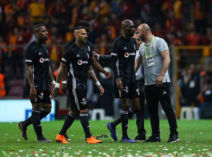 Beşiktaşlı futbolcular son düdüğün ardından soyunma odasına gidiyor.