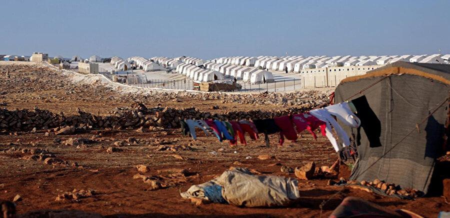 Suriye'nin kuzey-batısındaki hava saldırıları ve topçu bombardımanı, İdlib'de binlerce sivili yerinden etti.