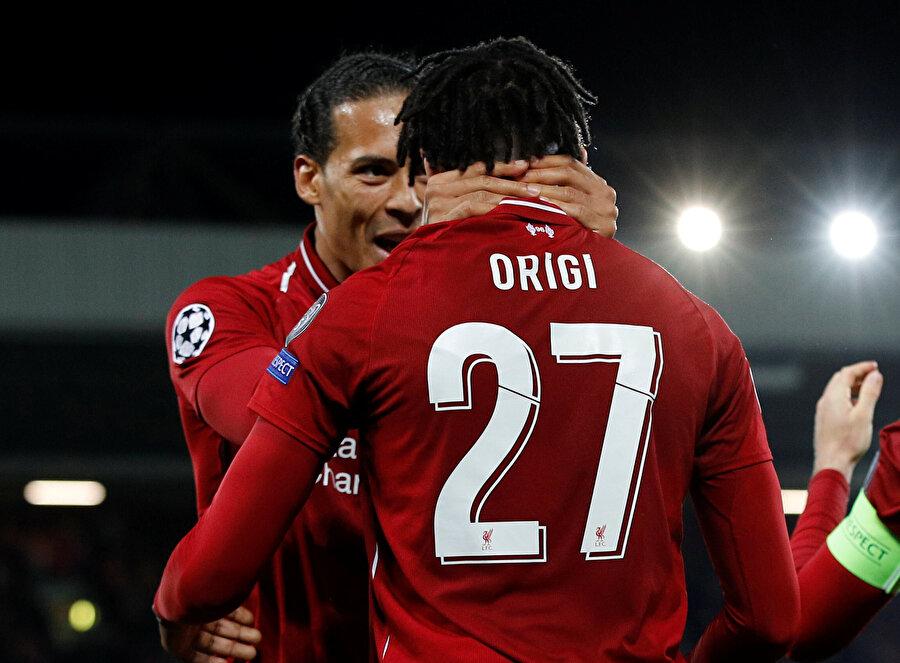 Virgil van Dijk, attığı gol sebebiyle Origi'yi kutluyor.