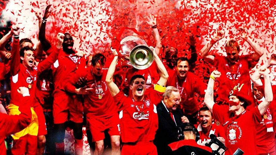 Steven Gerrard, 2005'te kazandığı Şampiyonlar Ligi kupasını kaldırıyor.
