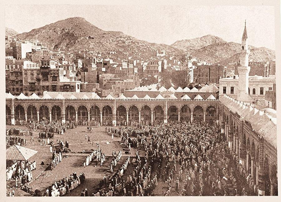Kutsal topraklar Zeynep Cobbold'un hacca gittiği dönemde böyle bir atmosfere sahipti.