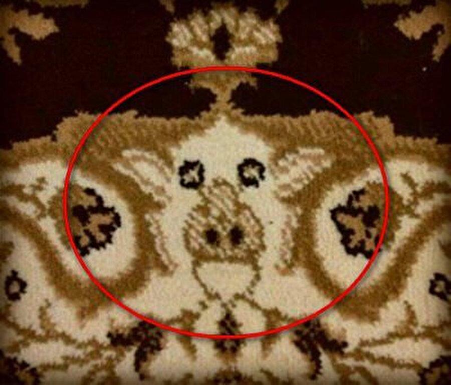 İlk bakışta normal bir seccadeden bir farkı gözükmese de yakından bakıldığı zaman gerçek ortaya çıkıyor.