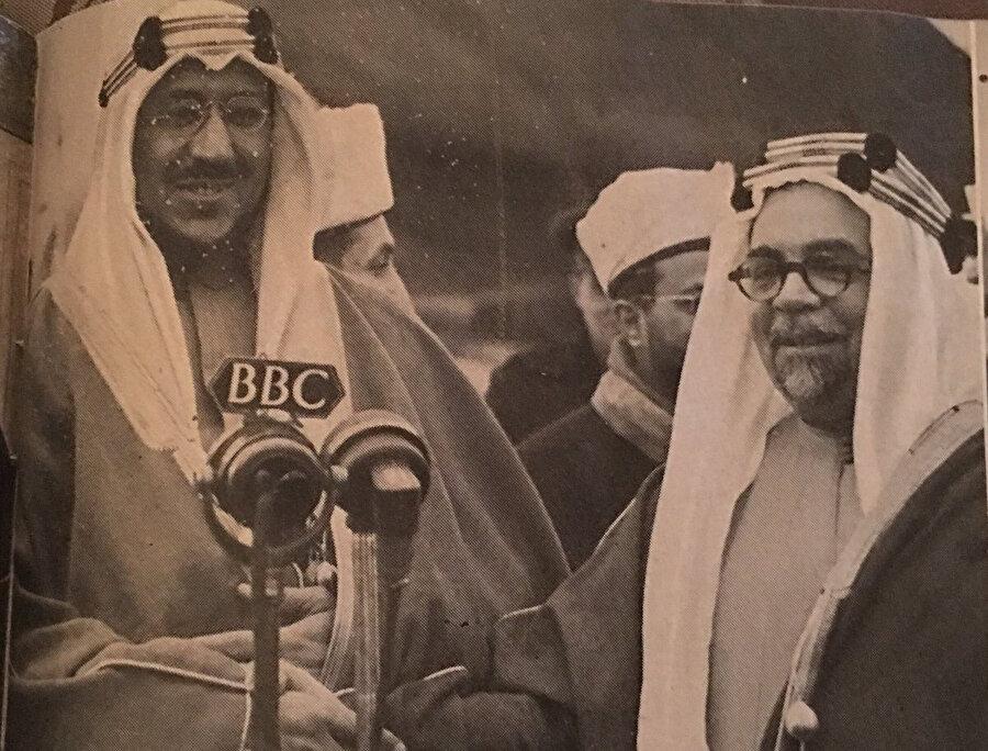 Londra Büyükelçisi Hafiz Wahba, (sağda) objektiflere poz verirken görülüyor.