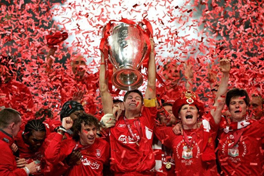 İstanbul'da kupa kaptan Gerrard'ın ellerinde havaya yükseldi.