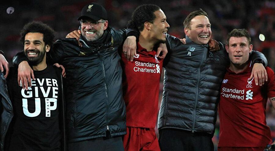 Liverpool'da turun sevincini, teknik direktör Klopp ve oyuncular hep birlikte yaşadı.