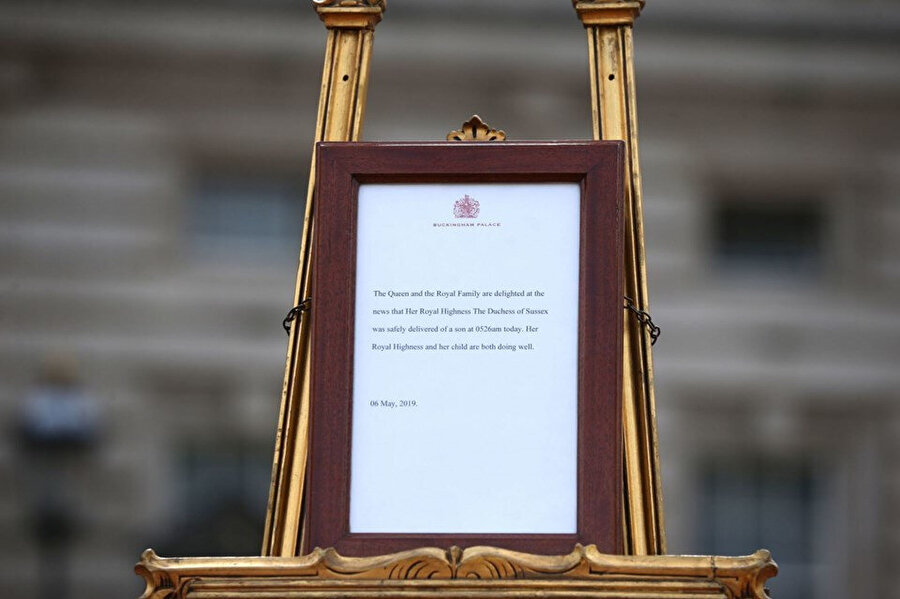 Bebeğin doğum belgesi sarayın önünde sergilendi.