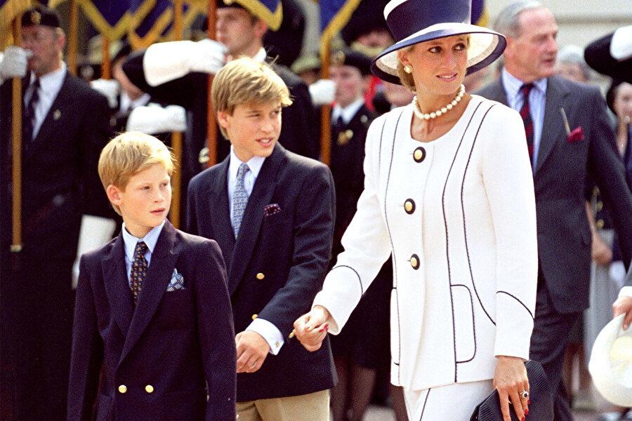 1997 yılında vefat eden Lady Diana ve 2 çocuğu; Prens William ve Harry.
