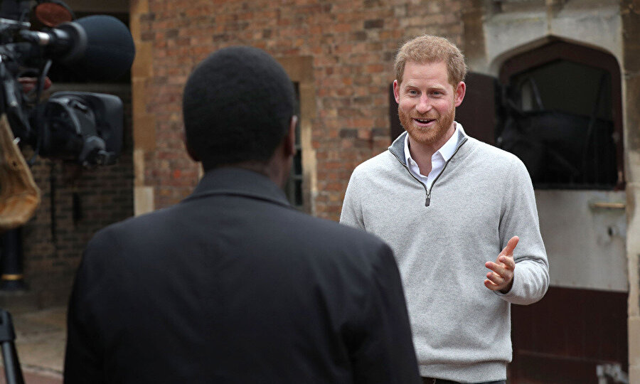İlk kez baba olan Prens Harry, bebeğinin dünyaya geldiğini kameralar karşısında açıklarken, heyecanını gizleyemedi.