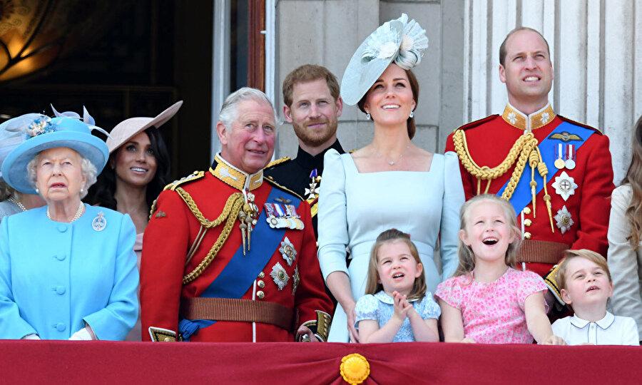 Kraliyet, Prens Harry'nin bebeği olduğu haberini sadece ''Sussex Dükü ve Düşesi'nin bebeği dünyaya geldi'' diye kısa bir açıklama ile duyurdu.