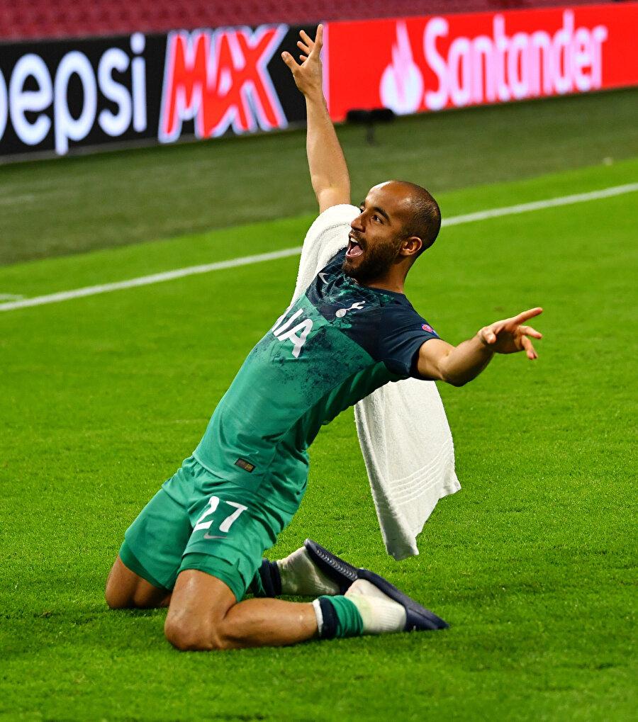Lucas Moura attığı golün sevincini kayarak taraftarıyla paylaşıyor.