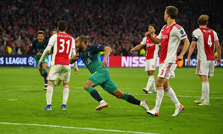 Brezilyalı oyuncu, az önce attığı golle hayallerini yıktığı Ajaxlı oyuncuların arasından geçere tribüne koşuyor.