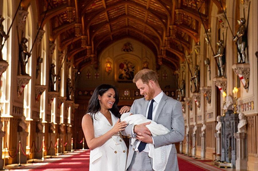 Meghan Markle'ın bebeği basın karşısına çıkardıkları sırada sürekli gülmesi dikkat çekti.