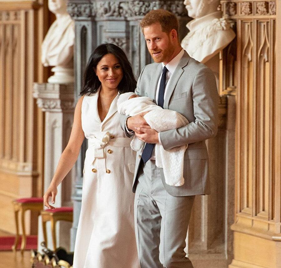 Prens Harry ve Meghan Markle, bebeklerini basın karşısına çıkardı.