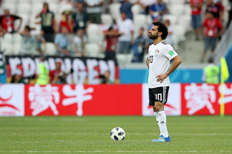 Muhammed Salah, yedikleri golün ardından düşünceli bir şekilde santra yapmayı bekliyor.