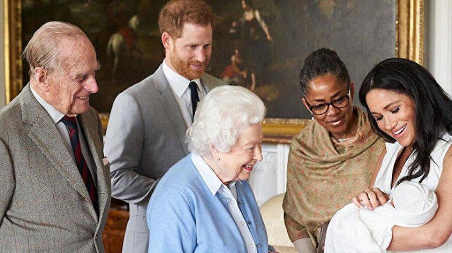 Meghan Markle ve Prens Harry bebeklerini Kraliçe ile tanıştırdı.