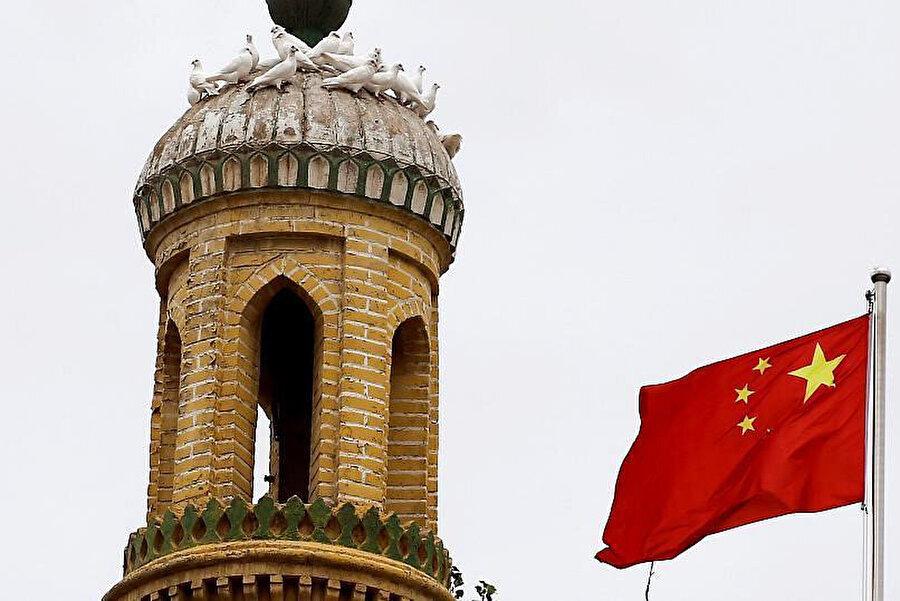 Doğu Türkistan'ın Kaşgar kentindeki bir camiye asılan Çin bayrağı ve kameralar.