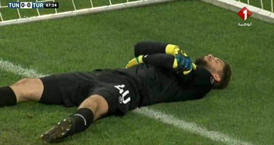 Tunus kalecisi yerde sakat numarası yapıyor.