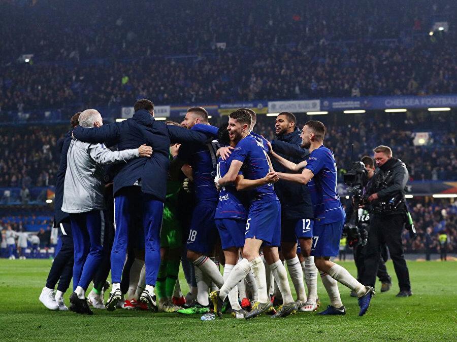 Chelsea'li oyuncular finale çıkmanın mutluluğunu coşkuyla kutladılar.