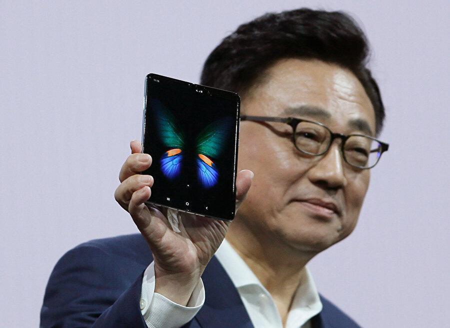 Galaxy Fold, Samsung CEO'su DJ Koh'un elinde.