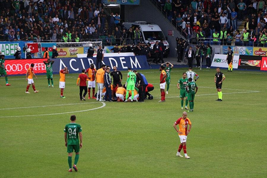 Her iki takımın oyuncuları da Emre Akbaba'nın sakatlığı sonrası büyük üzüntü yaşadı.