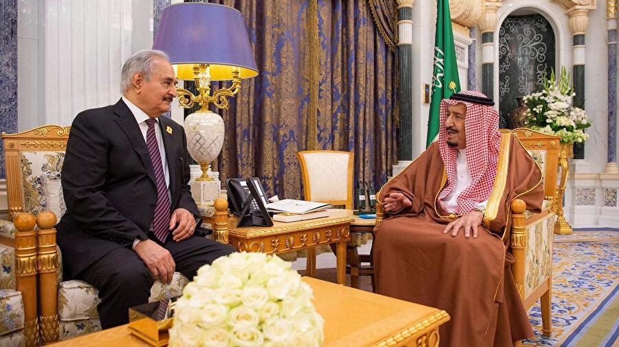 Halife Hafter'i (solda) Mısır ve BAE'nin yanı sıra Suudi Arabistan da destekliyor.
