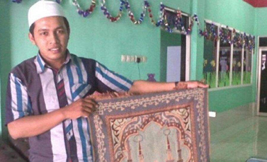 Dünyadaki birçok Müslüman seccadeler konusundaki hassasiyetini dile getiriyor ve bunun kasıtlı olarak yapıldığını belirtiyor.