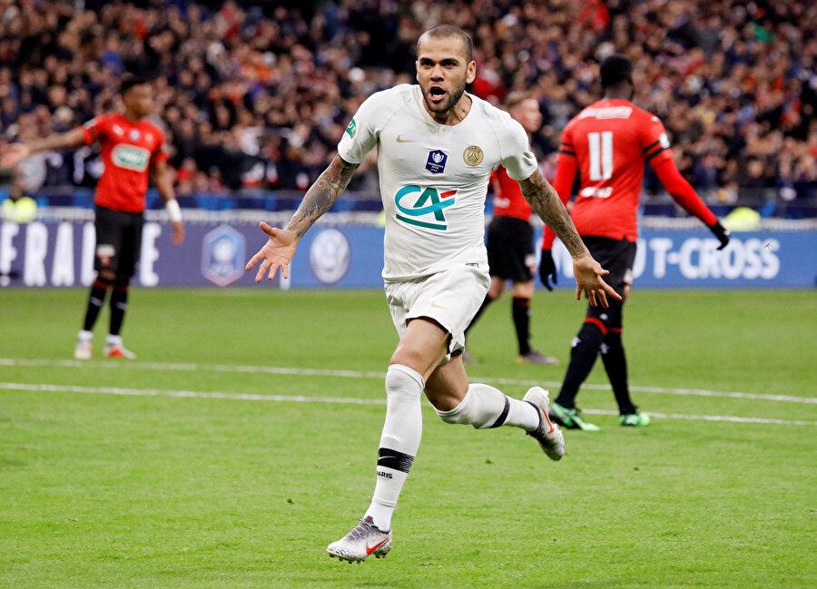 Dani Alves yaşına rağmen, kupa kazanmaya devam ediyor.