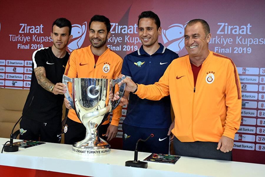 Basın toplantısında her iki takımın kaptanları ve teknik direktörleri kupayla birlikte poz verdi.