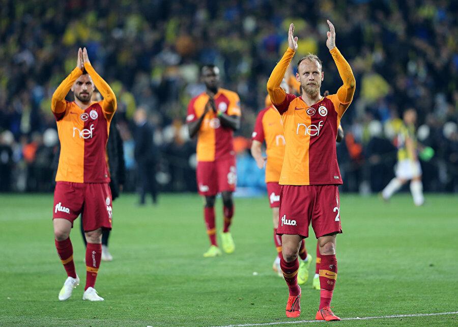 Galatasaraylı futbolcular tribünü selamlıyor.