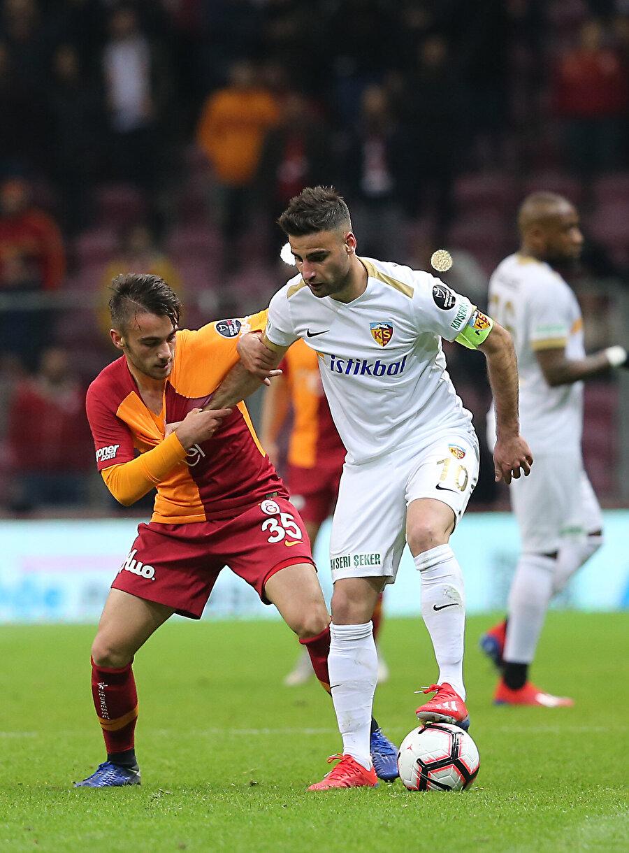 Yunus Akgün, Kayserispor maçında Deniz Türüç ile ikili mücadele halinde.
