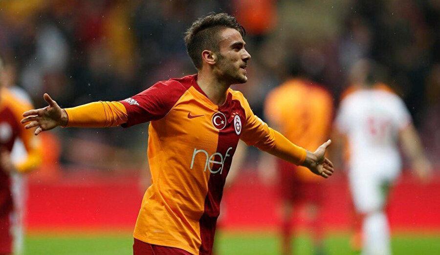 Yunus Akgün attığı golü kutluyor.