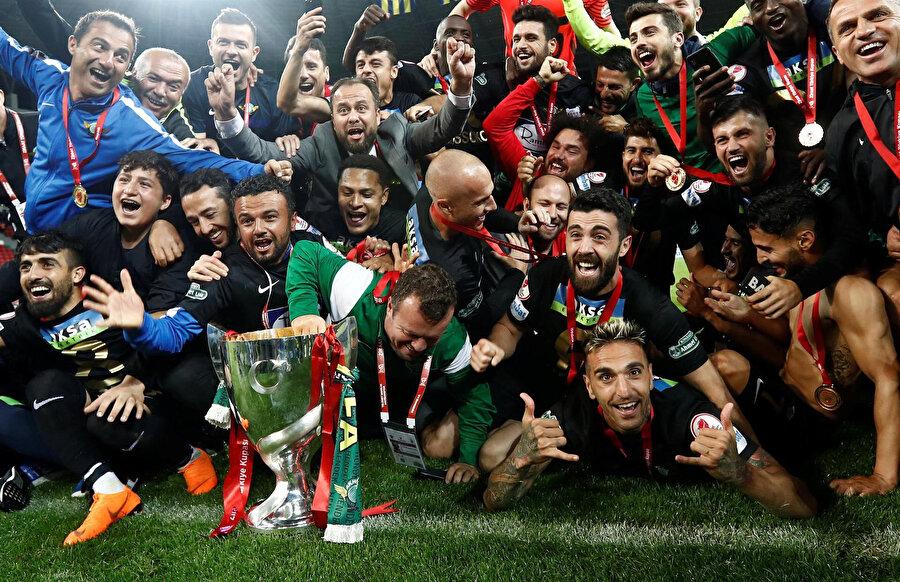 Akhisarspor'un geçtiğimiz sezon Fenerbahçe'yi mağlup ederek kazandığı şampiyonluğun en çok paylaşılan karesi.