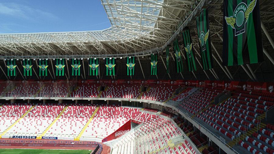 Sivas 4 Eylül Stadı'nda Akhisarspor bayrakları.
