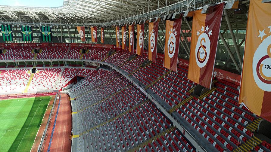 Sivas 4 Eylül Stadı'nda Galatasaray bayrakları.