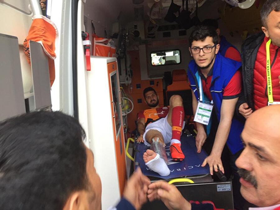 Emre Akbaba hastaneye götürülmek üzere ambulansa bindiriliyor.