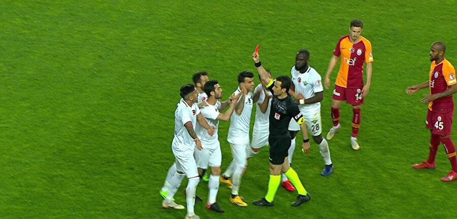 Akhisarsporlu futbolcular, hakem Suat Arslanboğa'nın kararlarına itiraz ederek üzerine yürüyor.