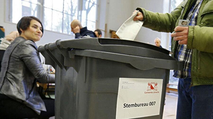 15 Mart 2017 genel seçimlerinde oy veren veren bir Hollandalı.