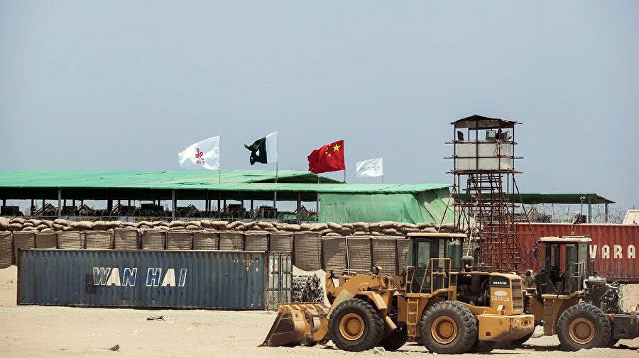 Çin de Pakistan'da etkili ülkelerden biri konumunda.