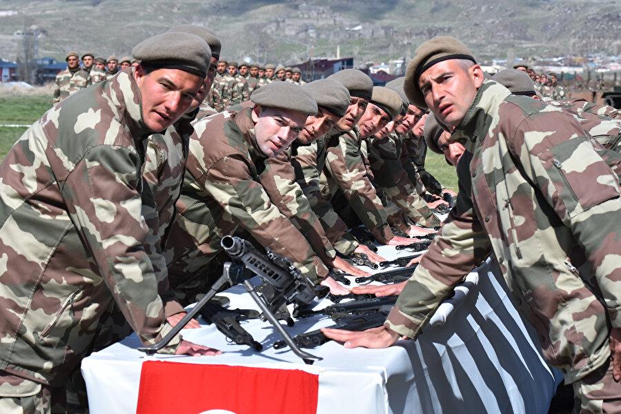 Manisa'da, bedelli askerlik uygulamasından yararlanarak 21 günlük temel eğitimlerini tamamlayan 4 bin 812 asker için yemin ve terhis töreni yapıldı.