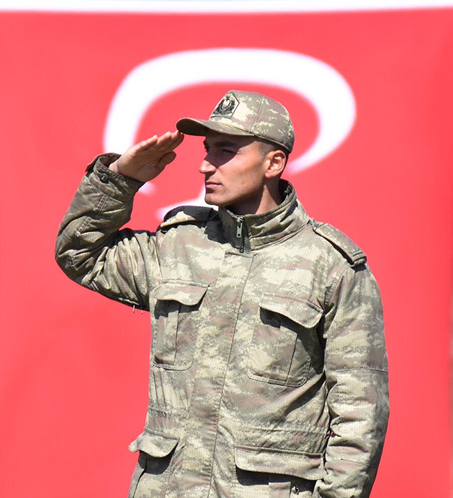 Selam duran bir asker.