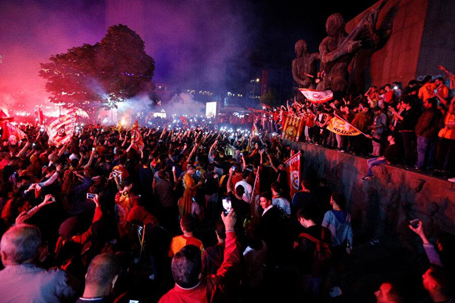 Galatasaraylı taraftarlar maçın son düdüğünün ardından sokaklara döküldü.
