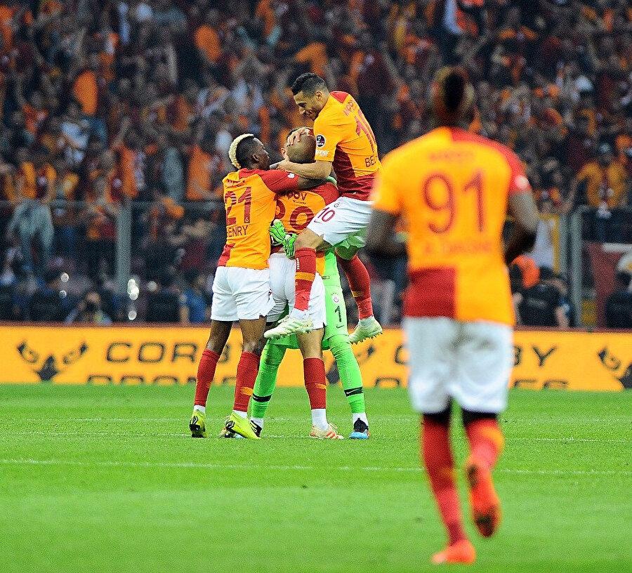 Sofiane Feghouli'nin attığı golün ardından sarı kırmızılı futbolcular büyük sevinç yaşıyor.