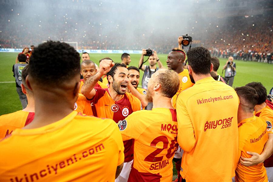 Galatasaraylı futbolcular şampiyonluk kutlamalarında şarkılar söylüyor.
