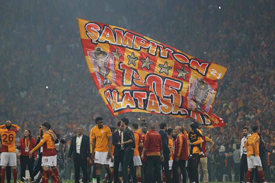 Galatasaraylı futbolcular şampiyonluk tadını çıkarıyor.