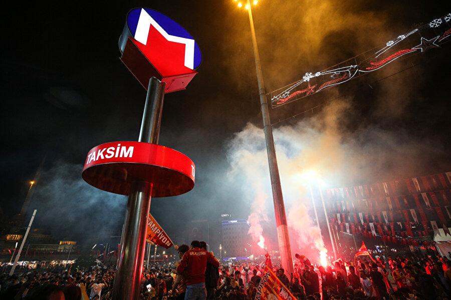 Sarı kırmızılı taraftarlar Taksim'de kutlamalar yapıyor.